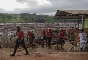 Bombeiros trabalham no resgate de sobreviventes após rompimento de barragem em Brumadinho Foto: MAURO PIMENTEL / AFP