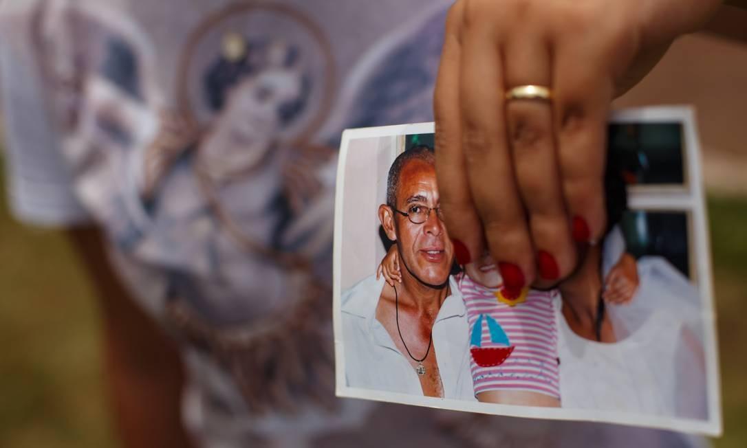 Gisele Santana está com o pai desaparecido. Ela consegue enviar mensagens para o celular dele, mas não obtém reposta. Foto: Daniel Marenco / Agência O Globo