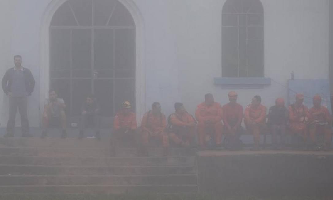 As equipes de socorro não puderam dar continuidade ao trabalho de resgate por causa do forte nevoeiro que atingiu a região de Brumadinho (MG) Foto: Márcia Foletto - Agência O Globo