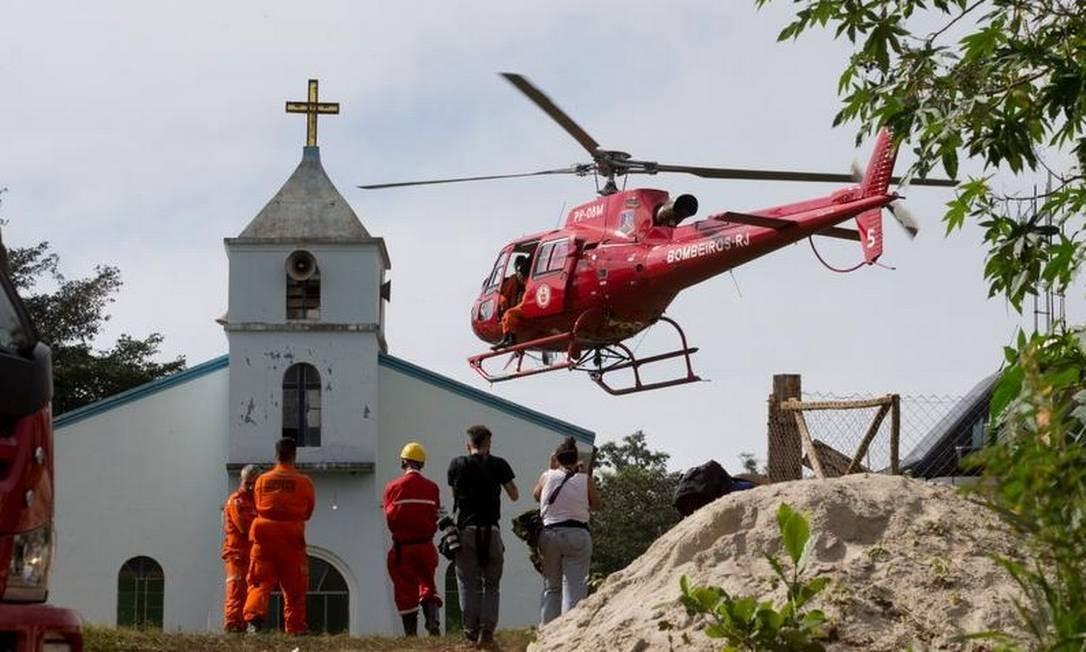 Na manhã deste domingo, com a melhora das condições do tempo, as buscas foram feitas apenas por helicópteros Foto: Márcia Foletto - Agência O Globo
