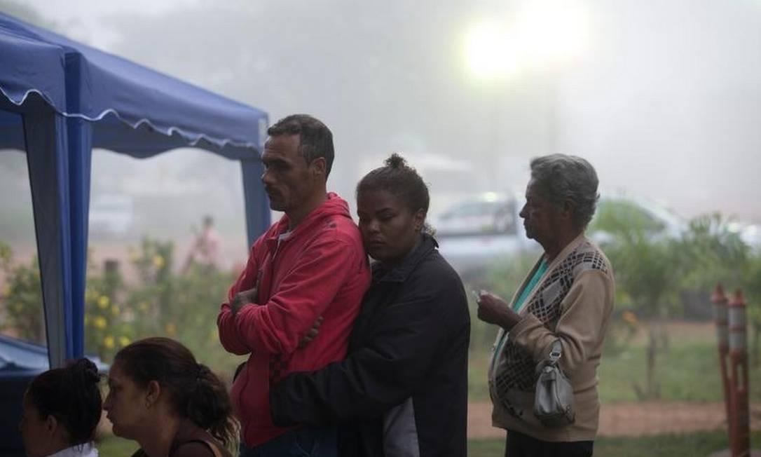 Moradores da região aguardam no Centro Comunitário após a sirene tocar durante a madrugada devido ao risco do rompimento de outra barragem da Mina do Córrego do Feijão, em Brumadinho Foto: Márcia Foletto - Agência O Globo