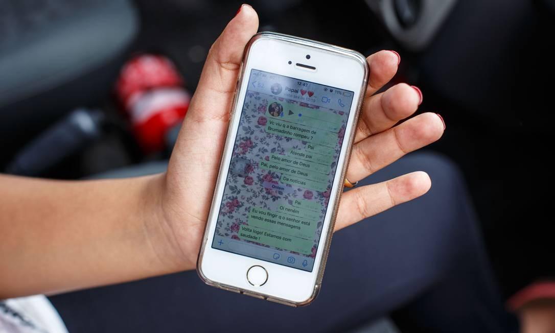 Gisele Santana mostra seu celular com as mensagens enviadas a seu pai, que continua desaparecido Foto: Daniel Marenco / Agência O Globo
