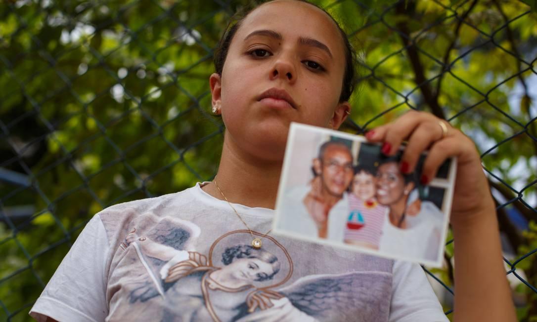 Gisele Santana Loures, 22 anos, tem esperança de encontrar o pai vivo porque o celular dele ainda toca e recebe mensagens Foto: Daniel Marenco / Agência O Globo