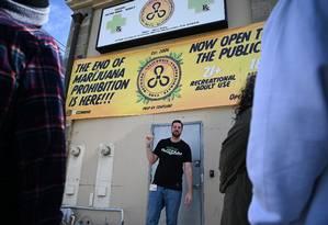 O gerente do dispensário da CCCN, Scott B., prepara-se para levar um grupo de turistas para conhecer a operação do cultivo da cannabis, em uma excursão organizada pela Green Tours, em Los Angeles Foto: ROBYN BECK / AFP