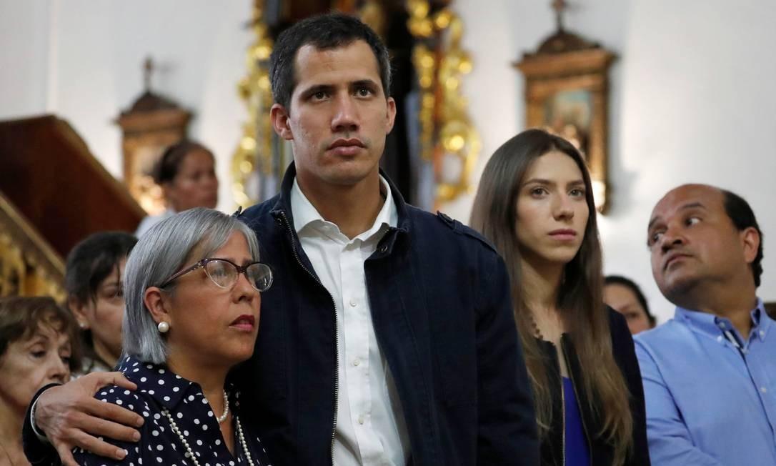 Juan Guaidó abraça sua mãe, Norka Márquez, em igreja de Chacao, na área metropolitana de Caracas, na Venezuela Foto: CARLOS GARCIA RAWLINS / REUTERS