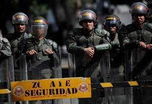 Forças de segurança venezuelanas na entrada de edifício militar em Caracas Foto: CARLOS BARRIA / REUTERS