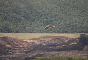 Helicóptero sobrevoa área atingida pelo rompimento de barragem de rejeitos da Vale, em Brumadinho: risco de novo rompimento assustou a cidade Foto: Márcia Foletto / Agência O Globo