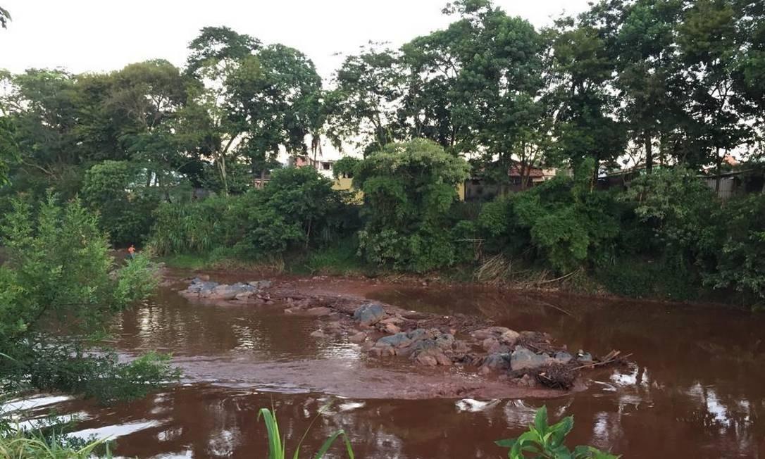 Rio Paraopeba está com a água avermelhada na altura da ponte de Brumadinho. Foto: Cleide Carvalho
