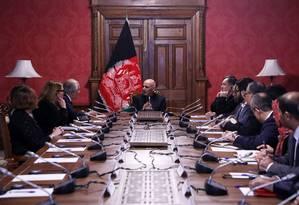 Presidente afegão, Ashraf Ghani conversa com representante americano Zalmay Khalilzad no Palácio Presidencial de Cabul Foto: Palácio Presidencial do Afeganistão / AFP