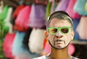 Máscaras do presidente Bolsonaro faz sucesso nas lojas do Saara Foto: Gabriel de Paiva / Agência O Globo