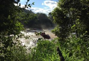 Bombeiros fazem o resgate de corpos no Rio Paraopeba a 6 quilômetros da mina Foto: Cleide Carvalho/ Agência o GLOBO