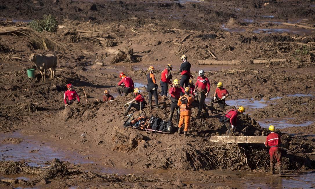 Equipes trabalham no resgate de vítimas soterradas após rompimento da barragem Foto: Márcia Foletto / Agência O Globo