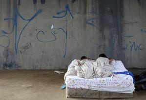 Casal venezuelano dorme na rua perto de terminal de ônibus em Manaus Foto: BRUNO KELLY / REUTERS