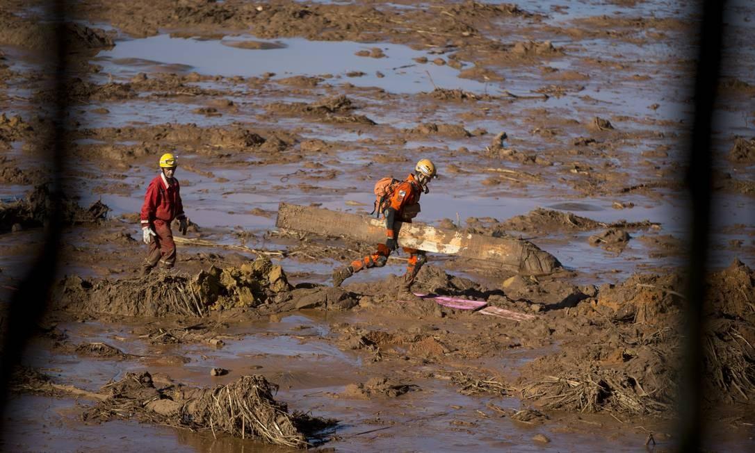 Um morador de Córrego do Feijão que acompanhou o resgate desde cedo disse que no local onde estava o ônibus havia uma estrada Foto: Márcia Foletto / Agência O Globo