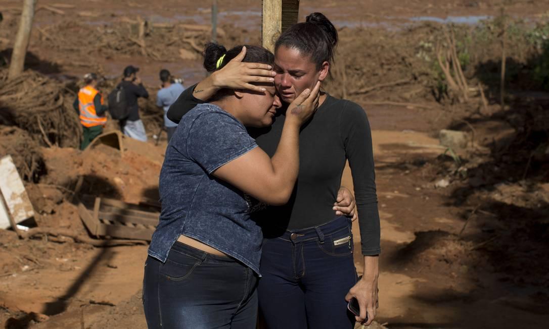 Na foto, Leidiane Paula e Neiriane Lopes, filhas de Cristina Paula, que trabalhava na pousada Nova Estância Foto: Márcia Foletto / Agência O Globo