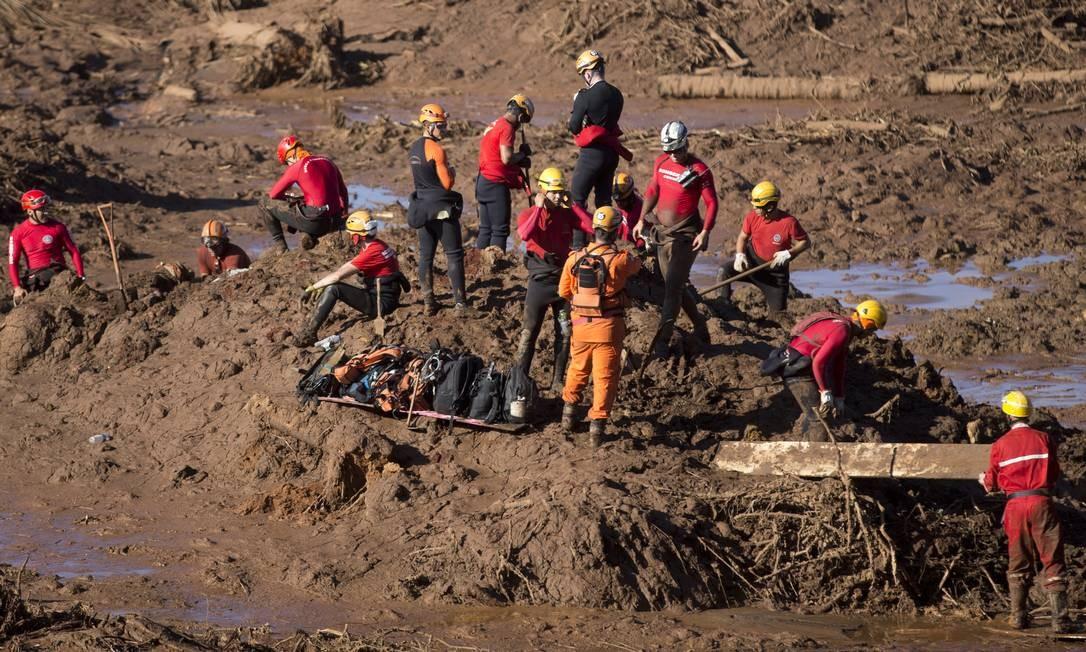 Equipes de resgate trabalham no local onde um ônibus está soterrado Foto: Márcia Foletto / Agência O Globo