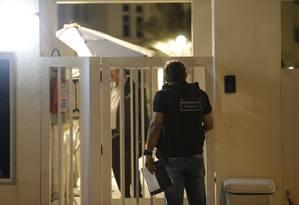 Agente em condomínio de luxo na Barra da Tijuca durante operação Os Intocáveis Foto: Gabriel Paiva / Gabriel Paiva