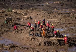 Rompimento da barragem da Mina do Feijão, em Brumadinho. Na foto, equipes de resgate trabalham no local onde está o ônibus. Foto de Márcia Foletto / Agência O Globo Foto: Márcia Foletto / Agência O Globo
