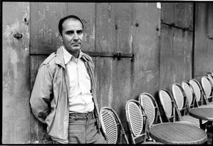 O escritor argentino Manuel Puig, em Paris, em 8 de junho de 1981 Foto: Ulf Andersen / Getty Images