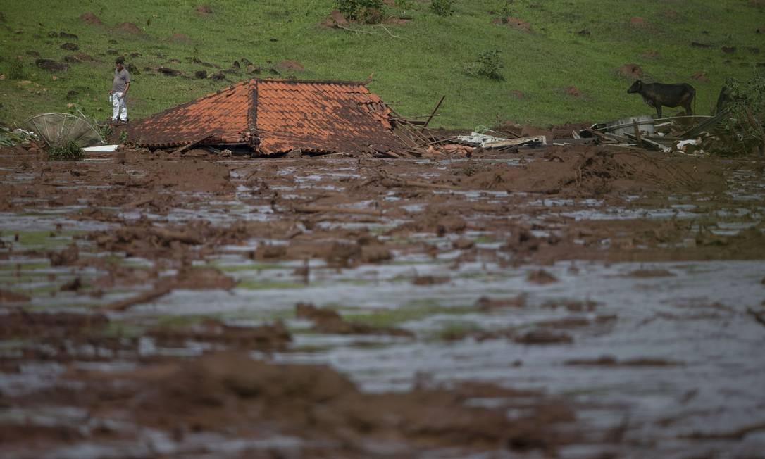 O telhado de uma casa é visto. Os dejetos liberados pelo rompimento da barragem chegaram a encobrir casas. Foto: MAURO PIMENTEL / AFP