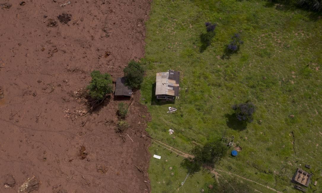 Foto mostra uma casa nos limites da área afetada pelo rompimento da barragem de Brumadinho Foto: Mauro Pimentel / AFP