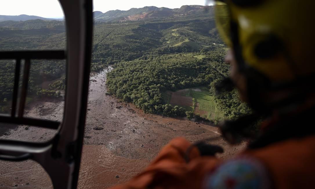 Bombeiros usaram helicopteros para auxiliar na busca de sobreviventes no local. A barragem de Brumadinho era de propriedade da Vale, a maior empresa de mineração do Brasil Foto: Douglas Magno / AFP