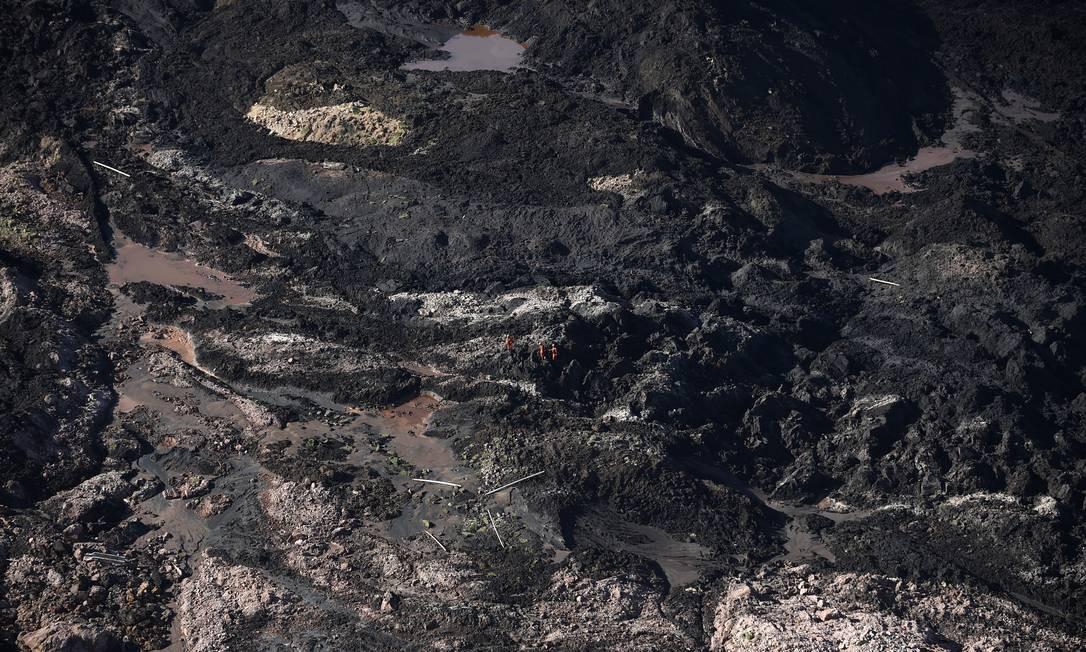 Bombeiros buscam por desaparecidos na região do Córrego do Feijão. Até a tarde desta segunda-feira, 292 pessoas ainda não foram encontradas Foto: Douglas Magno / AFP