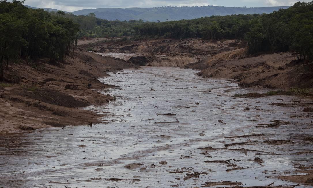 Outra área afetada pelo rompimento da barragem. A lama encobriu, florestas, casas, carros e comunidades inteiras na região. Foto: Mauro Pimentel / AFP