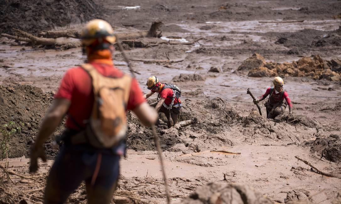 Bombeiros fazem buscas na área próxima à pousada Nova Estância Foto: Márcia Foletto/Agência O Globo/28-01-2019