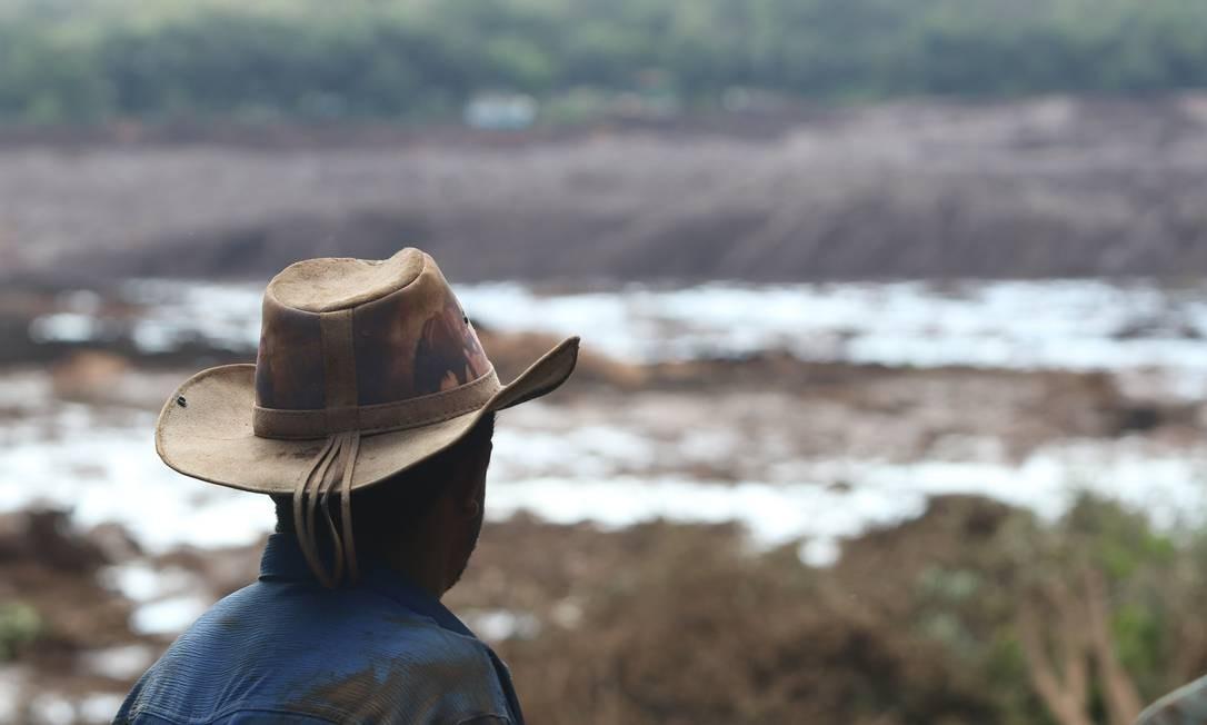 Homem observa uma dos campos devastados pelo rompimento da barragem da Vale Foto: Doug Patricio / picture alliance via Getty Image