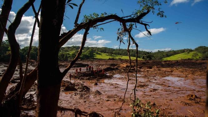 Bombeiros trabalham no resgate de vitimas do rompimento da represa da Mina do Feijão Foto: Daniel Marenco/Agência O Globo