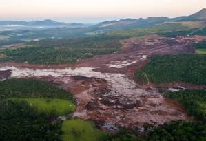 Bombeiros trabalham no resgate de vitimas do rompimento da represa da Mina do Feijão, em Brumadinho Foto: Daniel Marenco / Agência O Globo