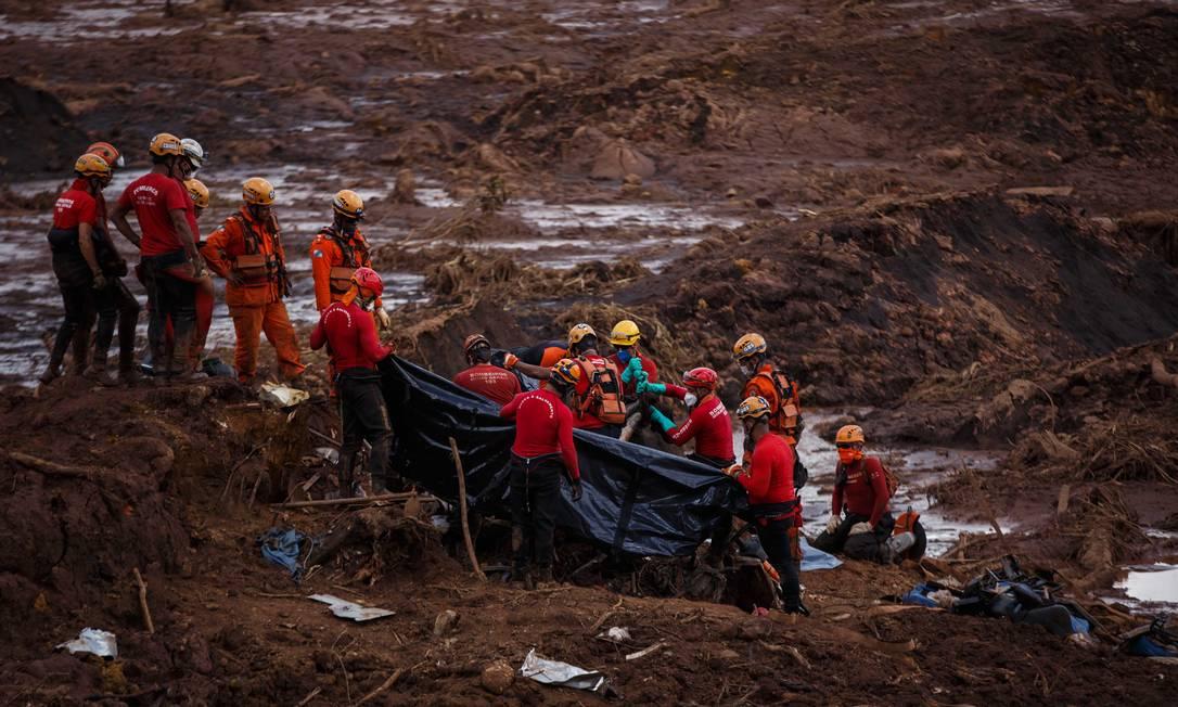 Bombeiros trabalham no resgate de vítimas do rompimento da barragem da Mina do Feijão em Brumadinho (MG) Foto: Daniel Marenco / Agência O Globo