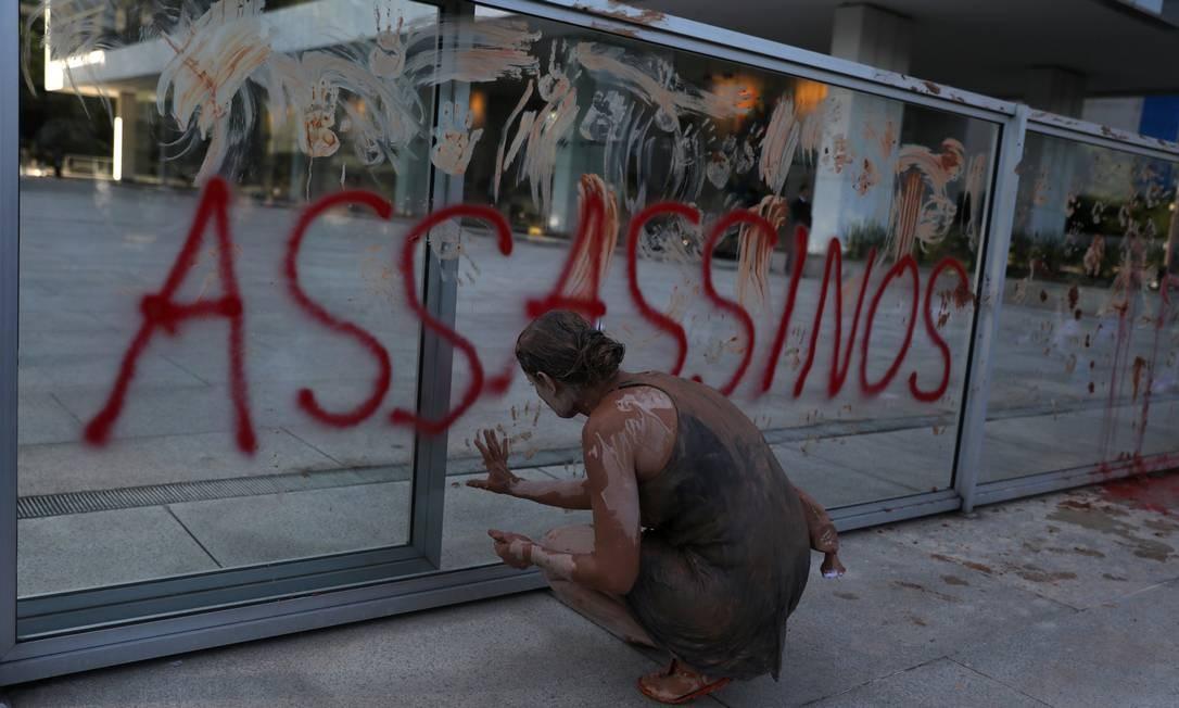 Manifestantes escreveram palavras de protesto contra a empresa Foto: PILAR OLIVARES / REUTERS
