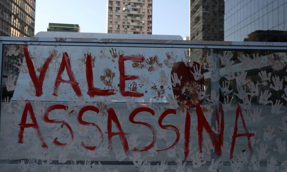 Protesto em frente ao prédio da Vale, em Botafogo. Foto: PILAR OLIVARES / REUTERS