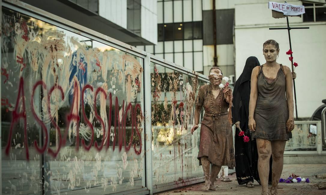 """Pessoa vestida de """"morte"""" carrega placa com dizeres """"vale da morte"""" Foto: Guito Moreto / Agência O Globo"""