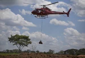 Helicópteros do Corpo de Bombeiros simbolizam esperança e, ao mesmo tempo, lamento para os moradores de Brumadinho (MG) Foto: Márcia Foletto / Agência O Globo