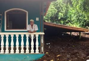 Euzébio Pedrosa observa da varanda a destruição feita pela lama Foto: Cleide Carvalho / Agência O Globo