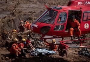 Bombeiros usam helicóptero para remover corpos Foto: MAURO PIMENTEL / AFP