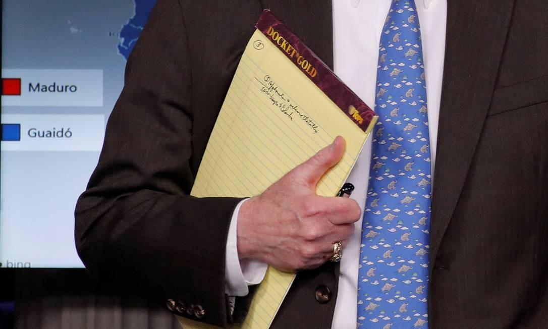 Conselheiro de Segurança Nacional dos EUA, John Bolton segura anotações que apontam tropas na Colômbia Foto: JIM YOUNG / REUTERS