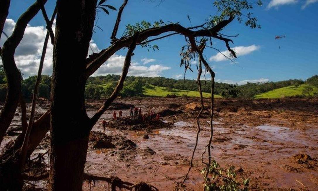 Bombeiros trabalham no resgate de vitimas do rompimento da represa da Mina do Feijão Foto: Daniel Marenco / Agência O Globo
