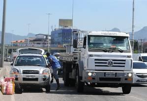 Carro enguiçado atrapalha o trânsito na Avenida Brasil, na altura da Ilha do Governador Foto: Guilherme Pinto / Agência O Globo