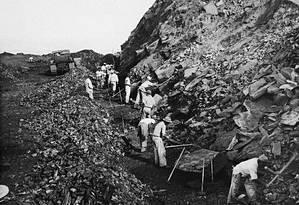 Operários extraem hamatita no Pico do Cauê, em Itabira: Drummond denunciou efeitos da mineração em sua cidade natal Foto: Arquivo Público Mineiro