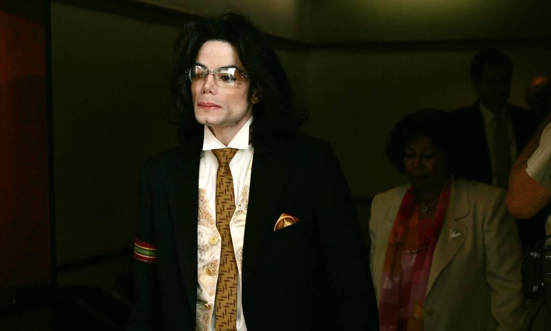 Michael Jackson deixa o tribunal em Santa Barbara, após depor sobre acusações de molestar crianças, em 2005 Foto: KEVORK DJANSEZIAN / AFP