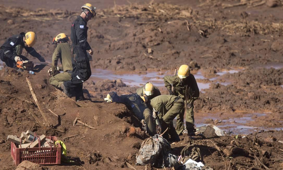 As equipes atuam prioritariamente na região onde foi localizado um micro-ônibus, soterrado pela avalanche da última sexta-feira, e no local onde foram encontrados materiais que podem ser parte do refeitório de funcionários da Vale, localizados a um quilômetro de onde a estrutura estava instalada Márcia Foletto / Agência O Globo