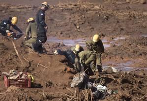 Equipes de resgate buscam corpos após o rompimento da barragem da Vale da mina de Córrego do Feijão, em Brumadinho, Minas Gerais Foto: Márcia Foletto / Agência O Globo