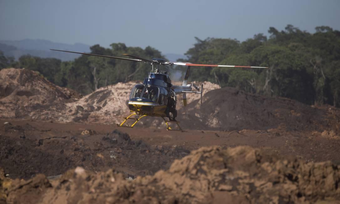 Helicópteros são utilizados a todo o momento no resgate de corpos, uma vez que a instabilidade da lama impede o uso de veículos terrestres. A expectativa é que corpos de funcionários da Vale e visitantes do Instituto Inhotim sejam recuperados na região do rio Paraopeba Márcia Foletto / Agência O Globo