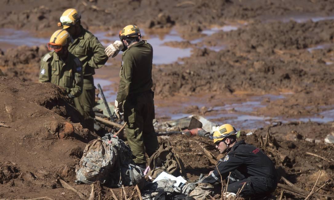 Soldados israelenses (de preto) e bombeiros brasileiros utilizaram equipamentos de Israel para acessar uma parte do micro-ônibus soterrado. Número de passageiros ainda é desconhecido Foto: Márcia Foletto / Agência O Globo