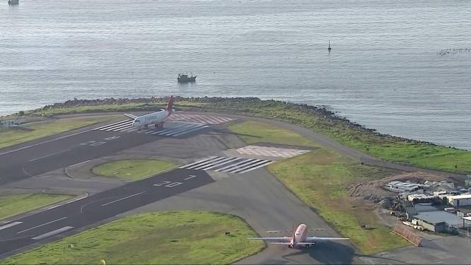 Barcos de pesca próximos à pista de pouso fecharam o Aeroporto Santos Dumont para pousos e decolagens na manhã desta terça-feira Foto: Reprodução/TV Globo