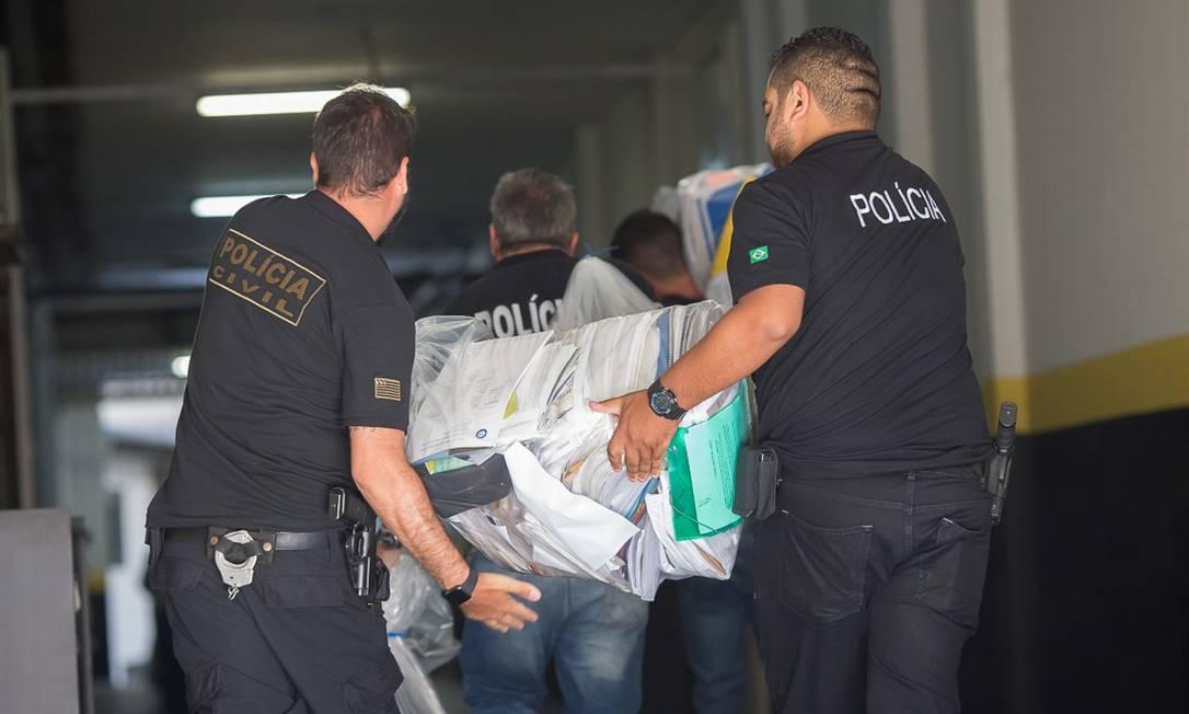 Policiais levam documentos e computadores apreendidos nas casas de engenheiros que atestaram segurança de barragem de Brumadinho Foto: Edilson Dantas / Agência O Globo